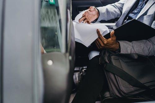 車のフォルダ内のドキュメントを読んで黒人実業家