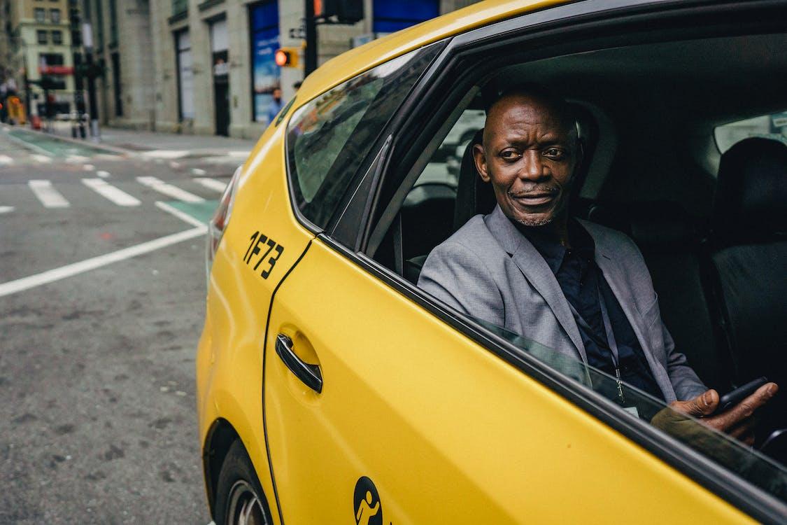 Takside Smartphone Ile Zarif Ceketli Siyah Adam Gülümseyen