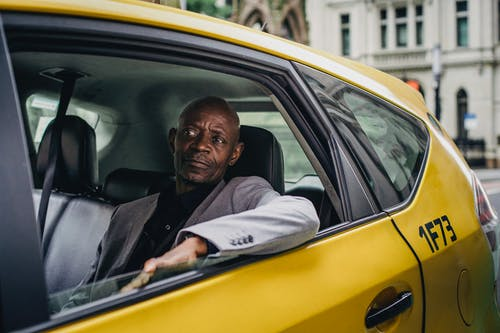 坐在出租車的成熟黑人