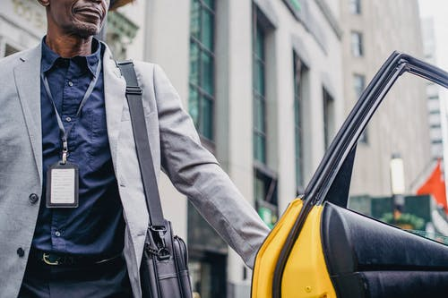 Homme Noir Mûr Ouvrant La Porte Du Taxi Jaune