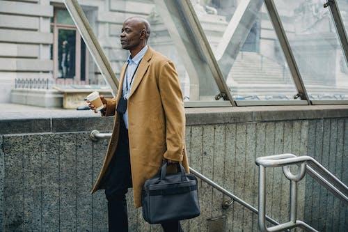 Homme D'affaires Noir Contemplatif Quittant La Station De Métro