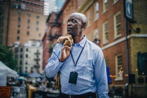 Respectable Homme D'affaires Noir Debout Sur Une Rue Animée