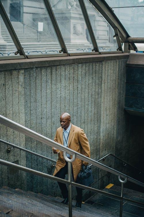 Homme D'affaires Noir à L'étage Sur L'escalier Du Métro