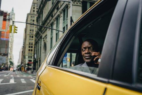 Mann, Der Durch Das Fenster Eines Gelben Autos Sitzt