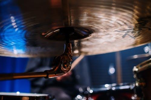 Бесплатное стоковое фото с барабан, басовый барабан, блестящий, в помещении