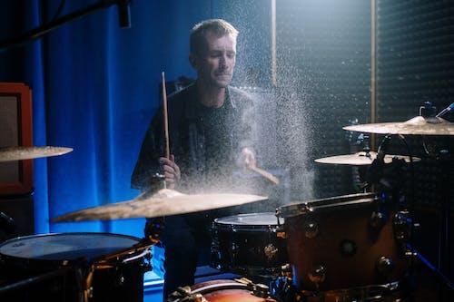 Бесплатное стоковое фото с активный отдых, артист, барабан, барабанная палочка