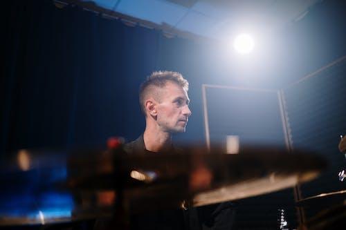 Бесплатное стоковое фото с артист, барабанная палочка, барабанщик, басовый барабан