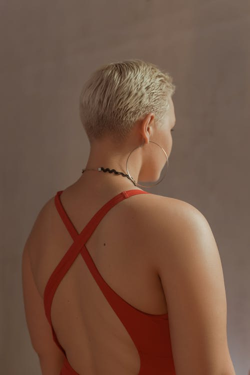 黑色和紅色背心的女人