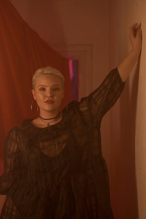 Mujer En Camisa Negra De Cuello Redondo