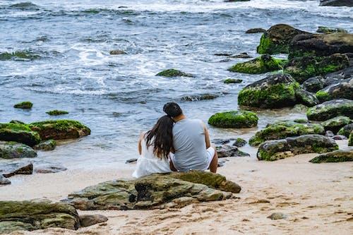 Foto profissional grátis de à beira-mar, água, amorous, areia