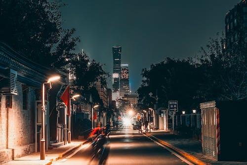 Бесплатное стоковое фото с автомобиль, архитектура, вечер, город