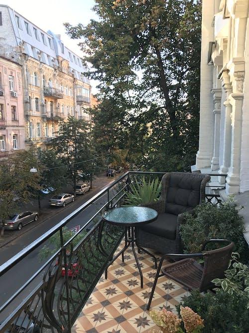 Foto d'estoc gratuïta de a l'aire lliure, arbre, arquitectura, balcó