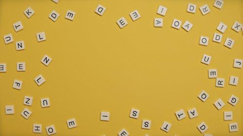 Gratis arkivbilde med bokstaver, brev, gul bakgrunn