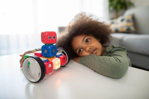 Darmowe zdjęcie z galerii z czas wolny, dziecko, dziewczyna z robotem