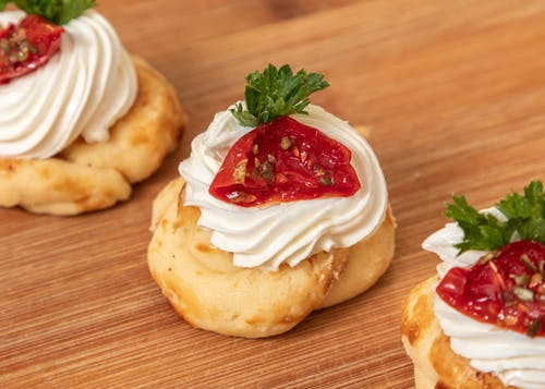 Chou buns with cream and tomatoes