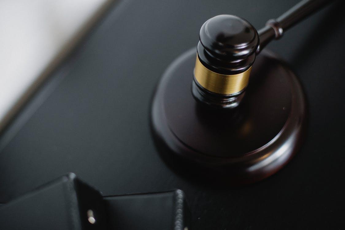 Деревянный молоток на столе в зале суда