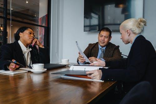 Grupo De Colegas Discutiendo Cuestiones Comerciales