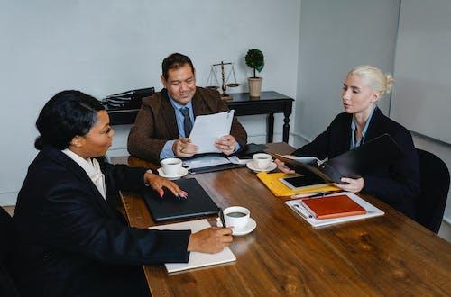 Compañeros Serios Trabajando Juntos En La Oficina