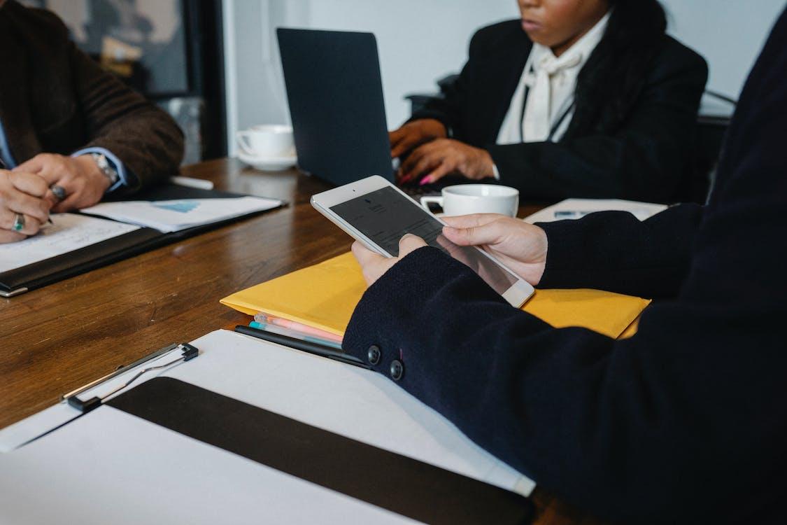 Tanaman Rekan Multietnis Yang Bekerja Di Kantor