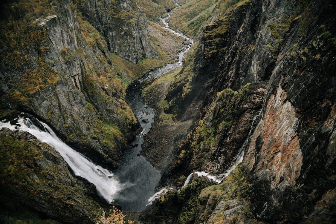 Wasserfall In Bergigem Gelände Mit Steilen Hängen