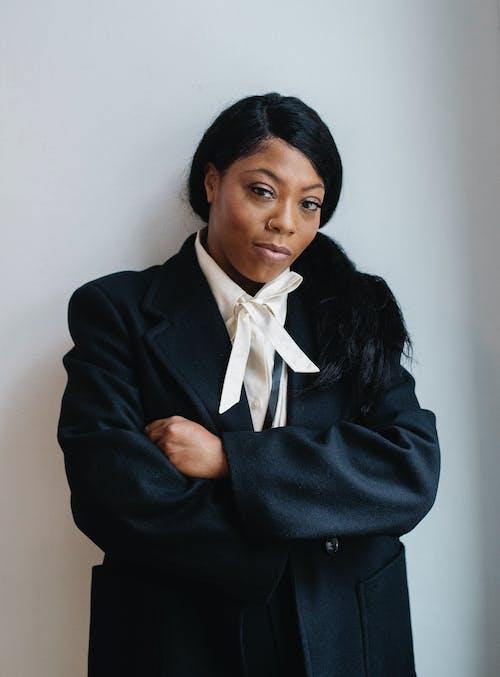 Mulher Negra Contente Em Roupas Formais Em Pé Com Os Braços Cruzados