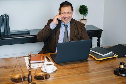 Foto profissional grátis de advogado, afirmativo, alegre, alegre. feliz