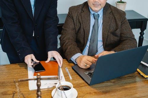 Foto profissional grátis de ajudar, ambiente de trabalho, aparelho, área de trabalho