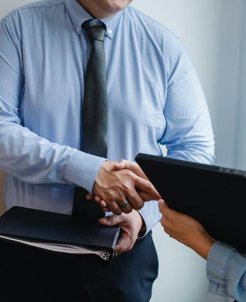 Empresarios Estrecharme La Mano Después Del Acuerdo
