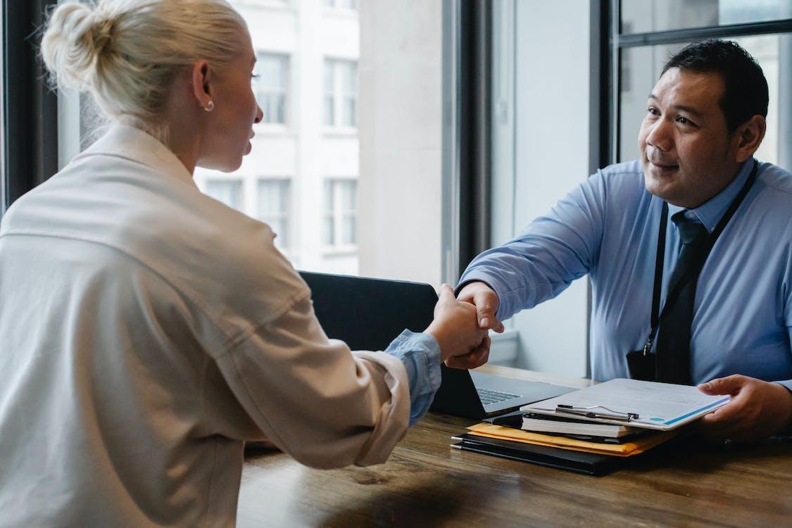 Empresario étnico Un Apretón De Manos Del Solicitante En La Oficina