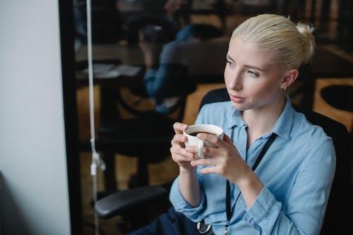 Mulher Calma Tomando Café Em Um Café