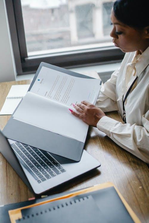 黑人婦女在辦公室處理文件