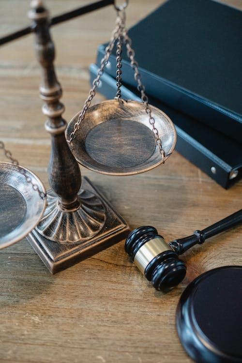 Symboles De Justice Et De Droit Sur La Table Du Juge