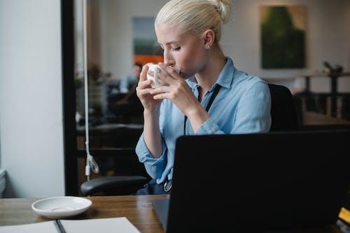 Trabalhadora Tomando Café Na Mesa Do Escritório