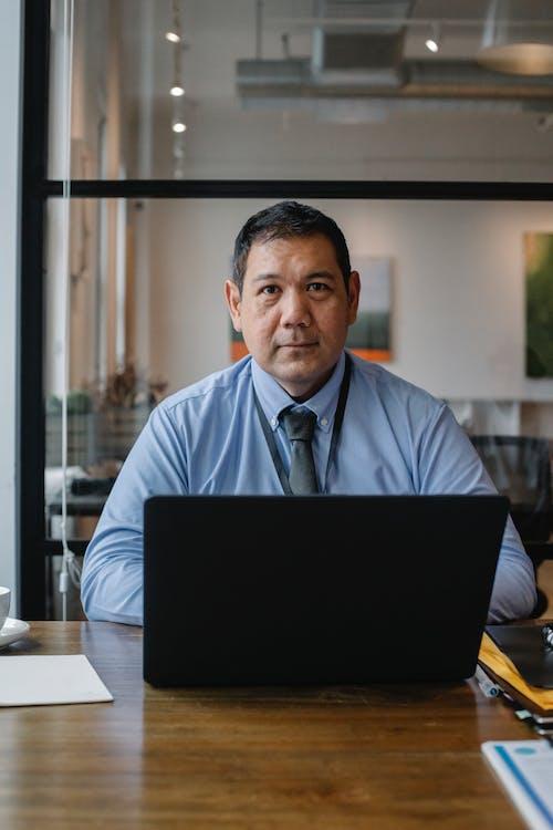 Empleado Ejecutivo Masculino étnico Serio Que Trabaja En La Computadora Portátil