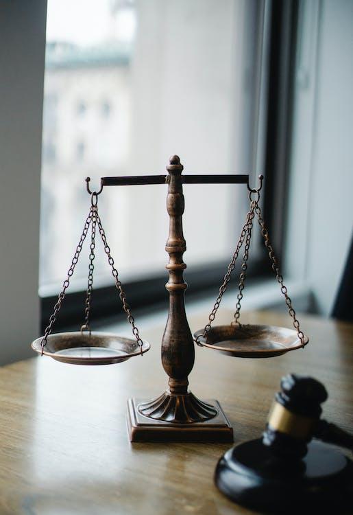 Escala De Julgamento E Martelo No Escritório Do Juiz
