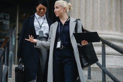 內容多樣的女同事一起離開辦公大樓