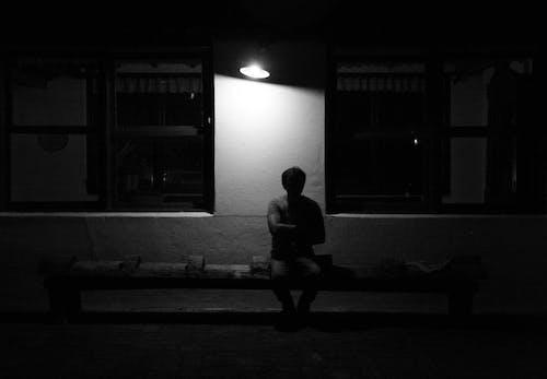 가벼운, 검은색, 남자, 벤치의 무료 스톡 사진
