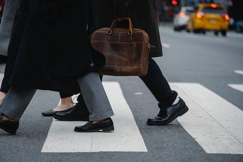一群穿著整齊的同事在城市人行橫道上漫步