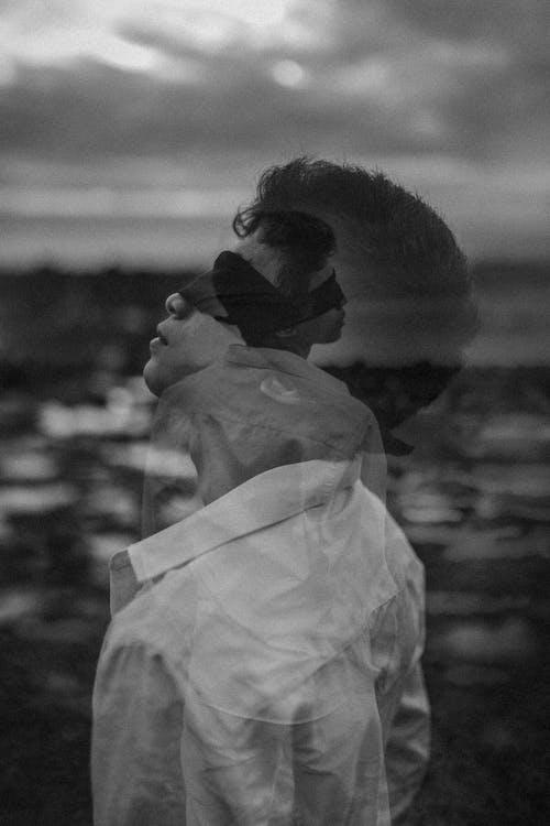 白色禮服襯衫的男人的灰度照片