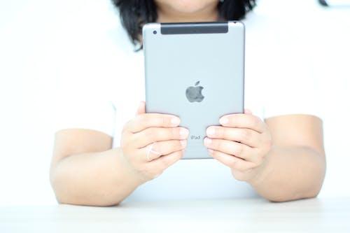 Ilmainen kuvapankkikuva tunnisteilla digitaalinen, elektroninen, kädet, kannettava näyttö
