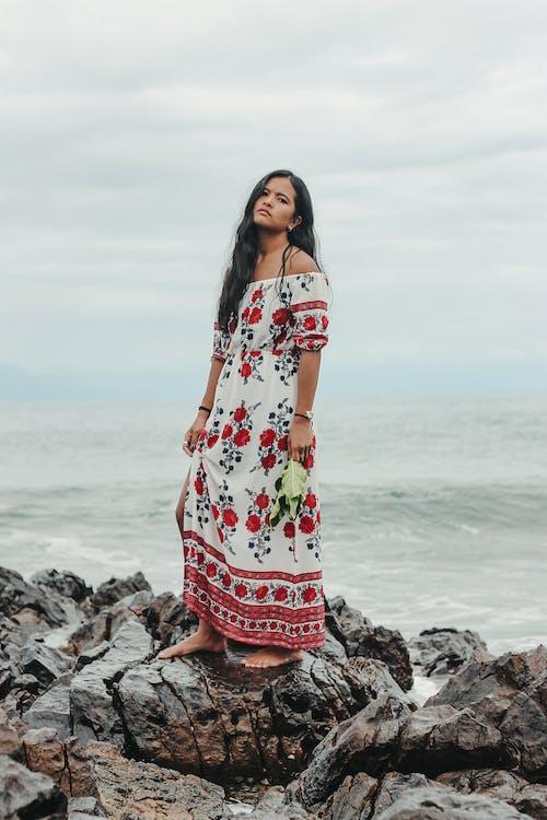 Femme Ethnique Nostalgique Debout Sur Le Bord De Mer Rocheux