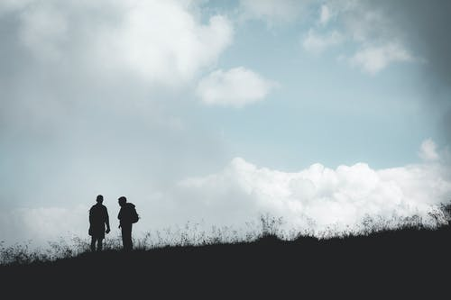 Foto profissional grátis de cênico, colina, grama, leve