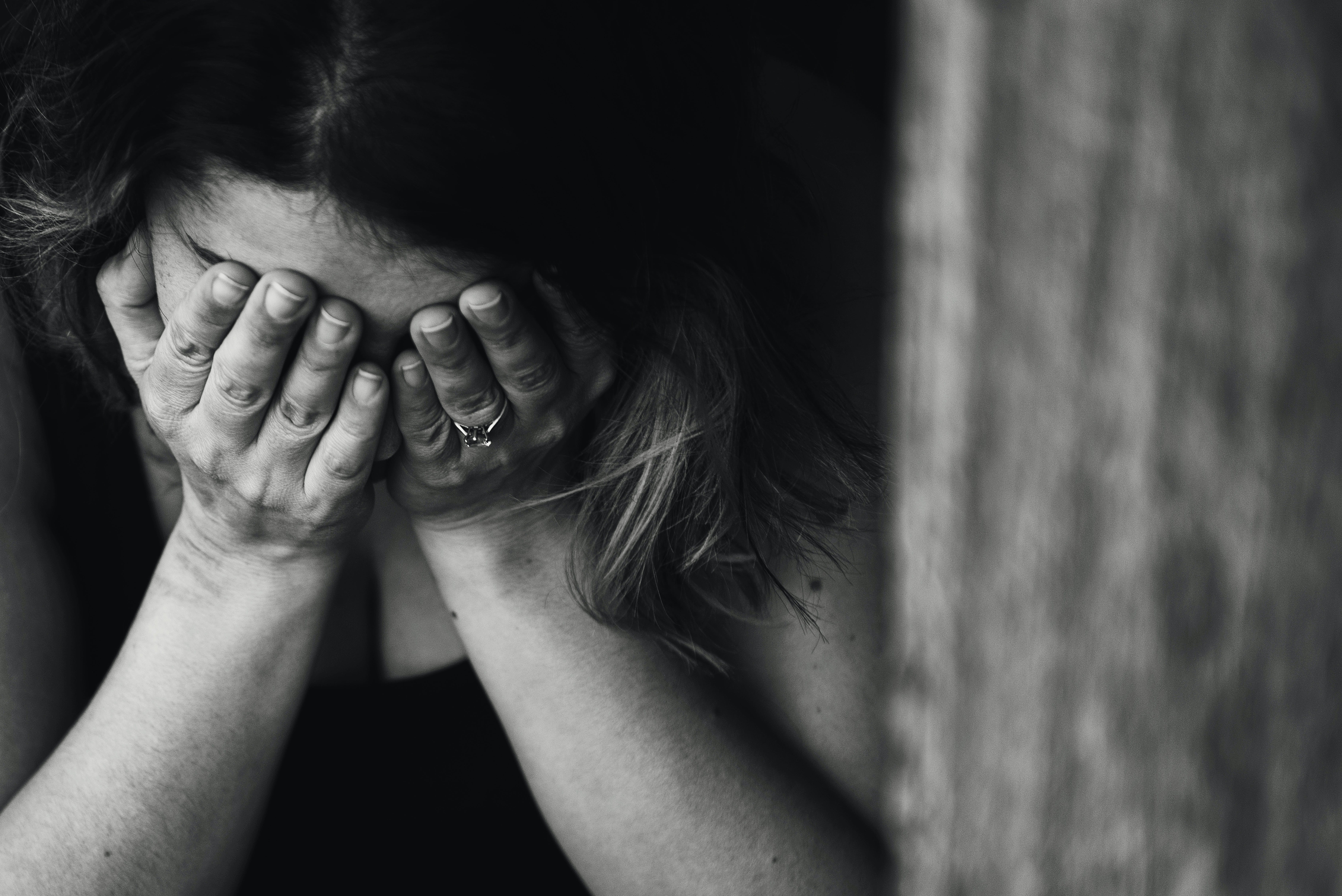 Foto d'estoc gratuïta de ansiós, blanc i negre, concentrar-se, depressió