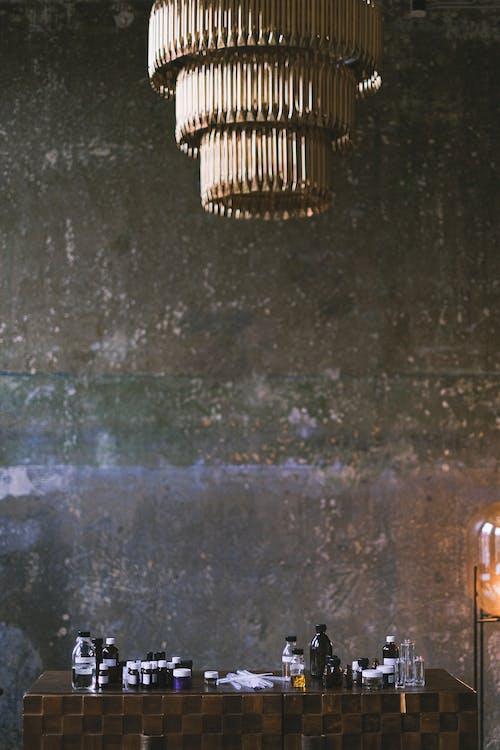ahşap, avize, beton duvar içeren Ücretsiz stok fotoğraf