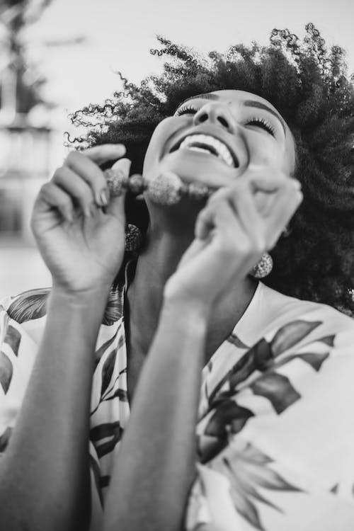 Безкоштовне стокове фото на тему «bw, toothy smile, аксесуар, афро»