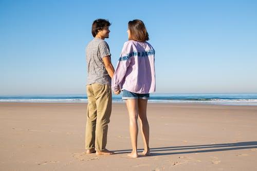 Uomo E Donna In Piedi Sulla Spiaggia