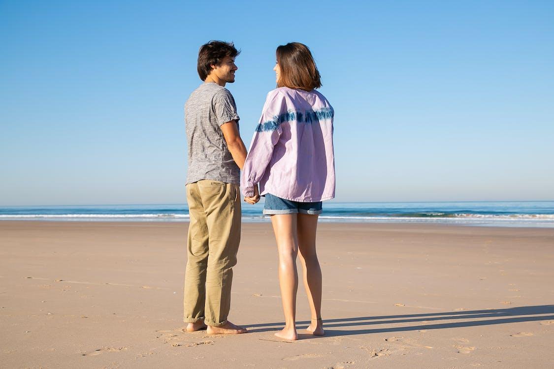 如果你的個性屬於活潑外向,不妨輕輕地碰對方的小手,拉近彼此的空間距離