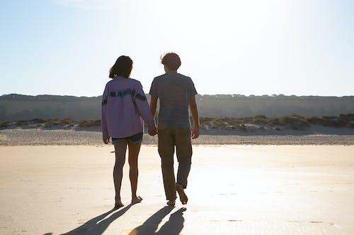 Mann Und Frau Stehen Am Strand