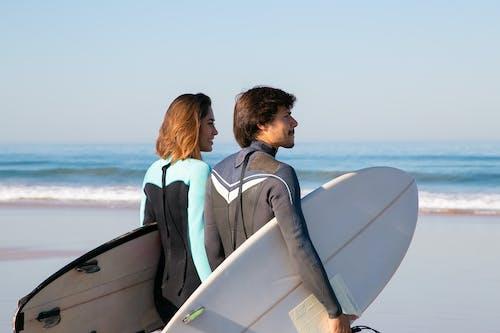 Mann Und Frau Sitzen Auf Boot