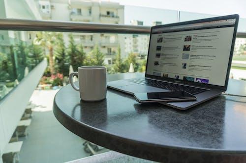 Fotobanka sbezplatnými fotkami na tému káva, Macbook, na voľnej nohe